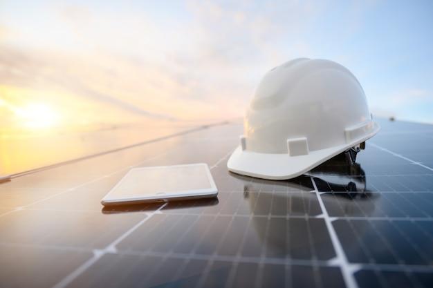 Panel słoneczny w elektrowni fotowoltaicznej pracuje nad magazynowaniem energii słonecznej z pięknym błękitnym niebem w branży.