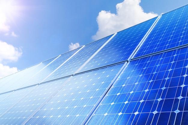 Panel słoneczny wytwarza zieloną, przyjazną dla środowiska energię słoneczną.