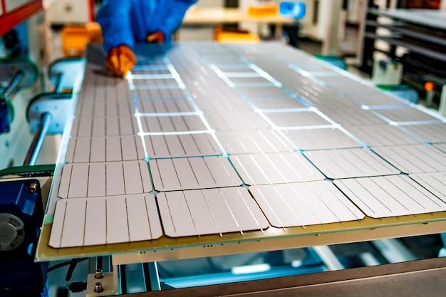 Panel słoneczny. zielona energia. elektryczność. panele energetyczne. produkcja baterii słonecznych