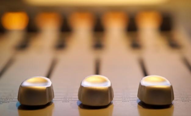 Panel sterowania dźwiękiem w profesjonalnej sali nagrań