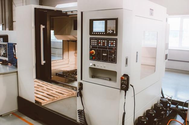 Panel sterowania maszyny cnc. frezarka do obróbki metali. cięcie metalu nowoczesną technologią obróbki.