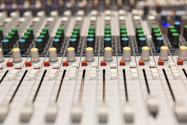 Panel sterowania miksera dźwięku. zbliżenie.
