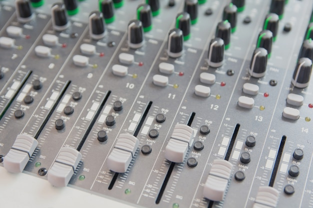 Panel sterowania miksera dźwięku.