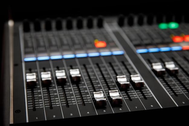 Panel sterowania miksera muzycznego. suwaki kontroli dźwięku.