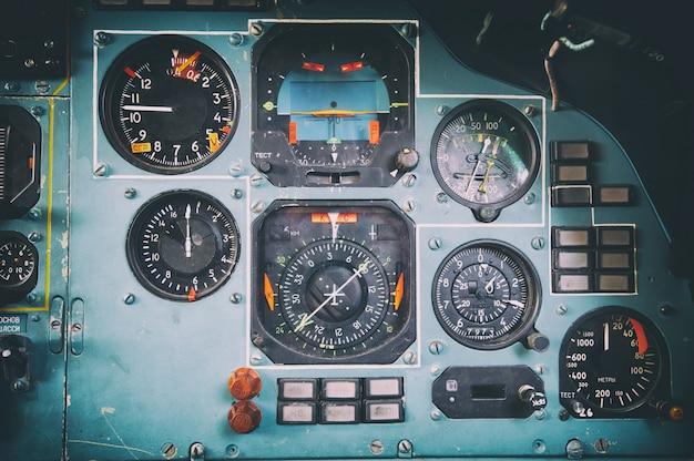 Panel sterowania w starym kokpicie samolotu zsrr