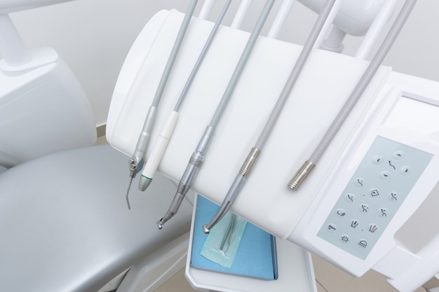 Panel sterowania wraz z głowami aparatu dentystycznego do czyszczenia zębów.