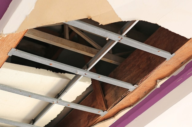 Panel sufitowy dom złamane ogromną dziurę. uszkodzony sufit.