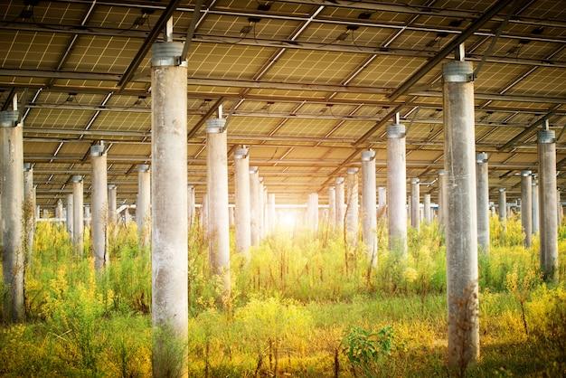 Panele fotowoltaiczne do produkcji energii elektrycznej ze źródeł odnawialnych, navarra, aragonia, hiszpania.
