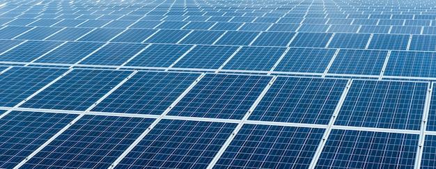 Panele ogniw słonecznych w elektrowni fotowoltaicznej