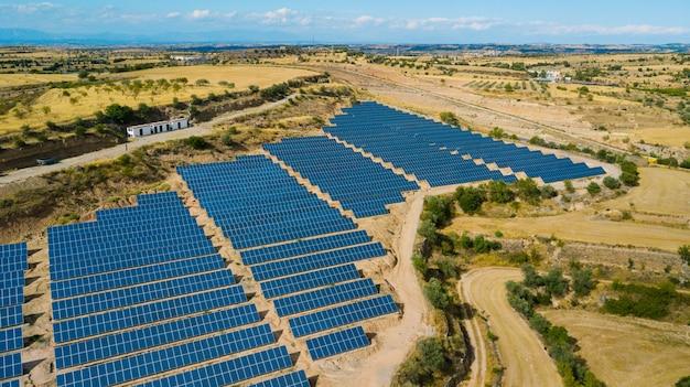Panele słoneczne. elektrownia niebieskie panele słoneczne. alternatywne źródło energii elektrycznej. farma słoneczna.
