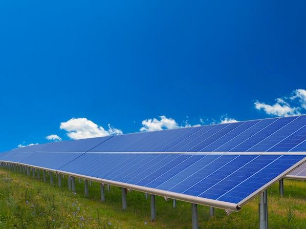 Panele słoneczne. koncepcja egologii i zielonej energii