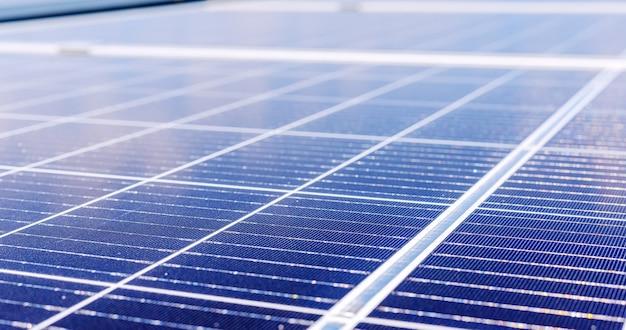 Panele słoneczne na dachu domu. energia słoneczna. technologia energii słonecznej. stock photo panele słoneczne jako tło. długi baner internetowy. ekologiczna koncepcja alternatywnej energii.