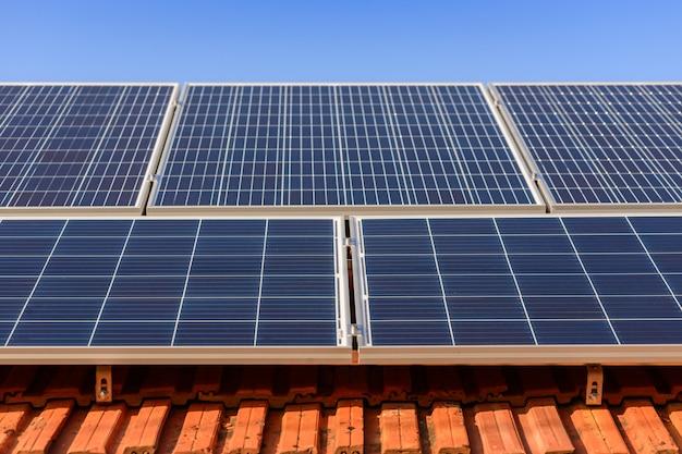 Panele słoneczne na szczycie domu rodzinnego