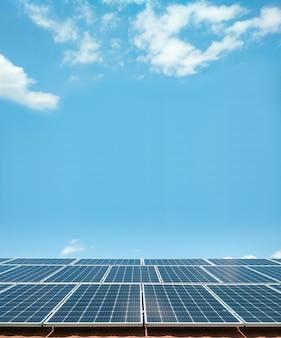 Panele słoneczne na tle błękitnego nieba. koncepcja czystej zielonej energii