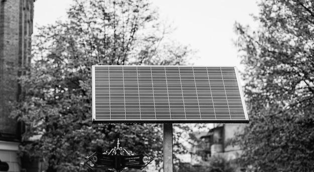 Panele słoneczne na ulicach miasta