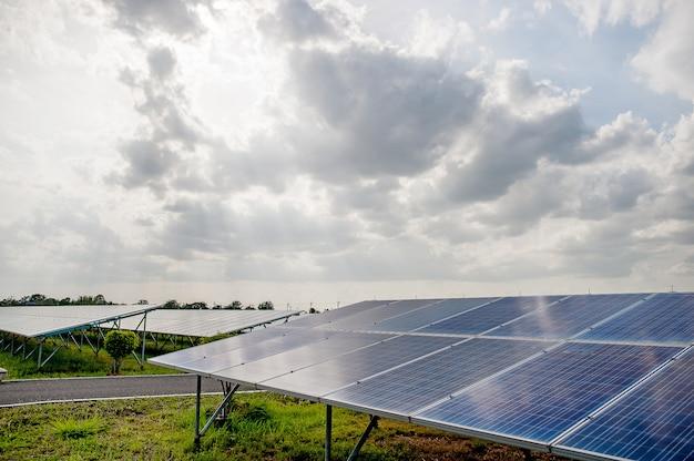 Panele słoneczne, panele słoneczne, alternatywne źródło zasilania - wybrana ostrość, kopia przestrzeń naturalna energia