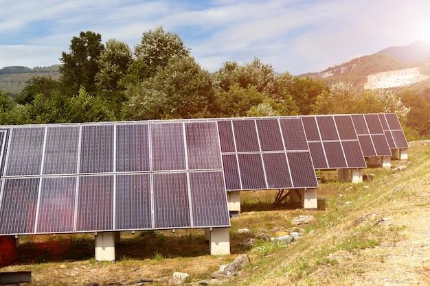 Panele słoneczne w górzystym terenie. koncepcja alternatywnego wytwarzania energii odnawialnej.