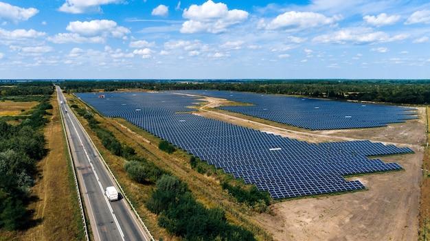 Panele słoneczne w widoku z lotu ptaka. generatory energii słonecznej systemu paneli słonecznych