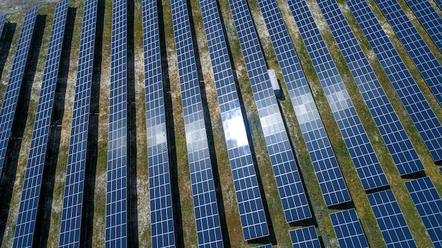 Panele słoneczne w widoku z lotu ptaka. generatory energii systemu paneli słonecznych od słońca