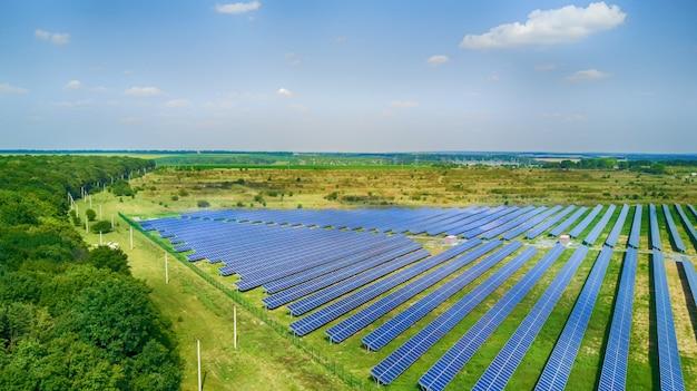 Panele słoneczne w widoku z lotu ptaka.