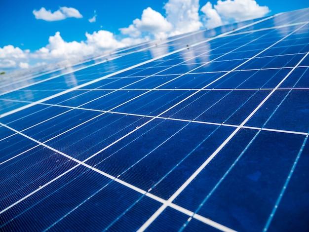 Panele słoneczne z błękitnym niebem i chmurami, energia słoneczna przyjazna dla środowiska zielona energia