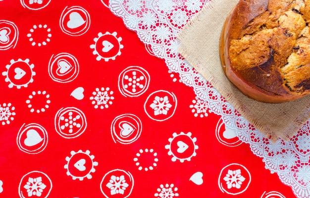 Panettone z czekoladą i świątecznymi dekoracjami