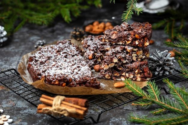 Panforte. tradycyjne włoskie ciasto bożonarodzeniowe z orzechami i suszonymi owocami