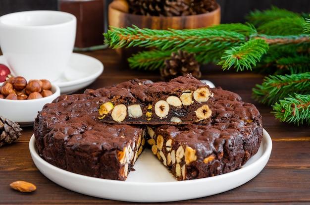 Panforte. tradycyjny włoski świąteczny deser z orzechami i suszonymi owocami na białym talerzu