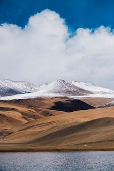 Pangong jezioro i góra w leh ladakh, india