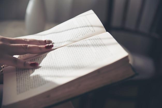 Pani czytająca książkę