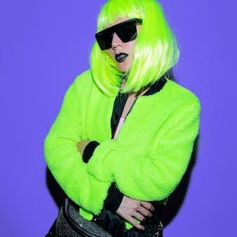 Pani hipster mody. klubowy styl. stylowy strój uliczny. moc kwasu neonowego