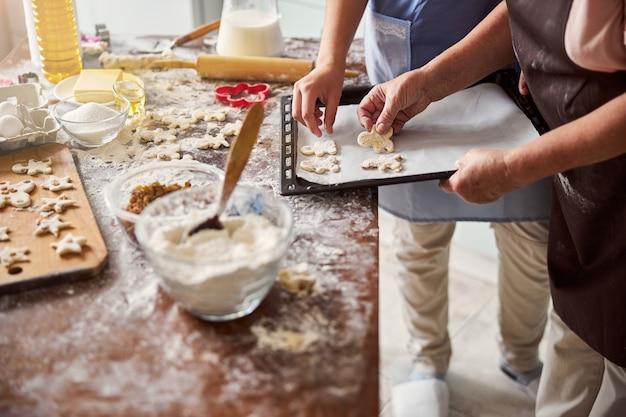 Pani i dziewczynka przygotowują się do pieczenia ciasteczek