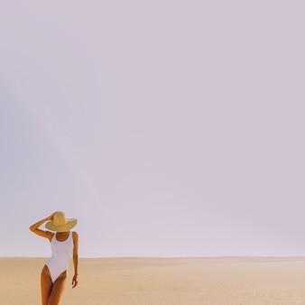 Pani plaży. minimalny pustynny krajobraz. wakacyjne wibracje