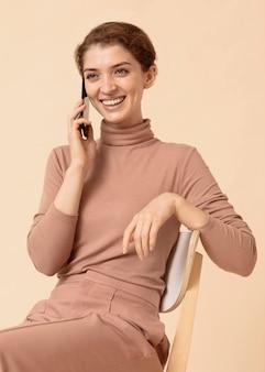 Pani prowadząca przyjemną rozmowę na smartfonie