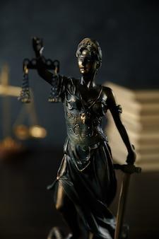 Pani sprawiedliwości, temidzie, statua sprawiedliwości w niebie. prawnik sąd prawnik sędzia sala sądowa koncepcja pani prawnej