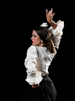 Pani tańcząca flamenco z ramieniem do góry