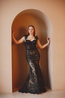 Pani w stroju wieczorowym. elegancka kobieta w długiej sukni.