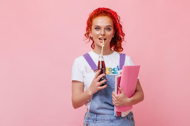 Pani z falującymi włosami pije słodką wodę