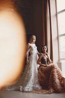 Panie w strojach wieczorowych. eleganckie kobiety w długiej sukni.