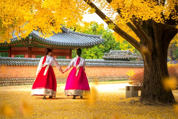 Panie w sukniach hanbok walk park palace