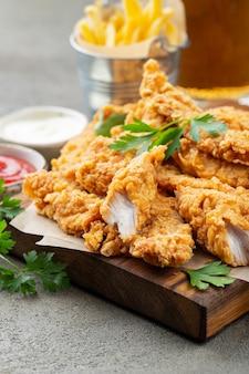 Panierowane paski z kurczaka z dwoma rodzajami sosów.