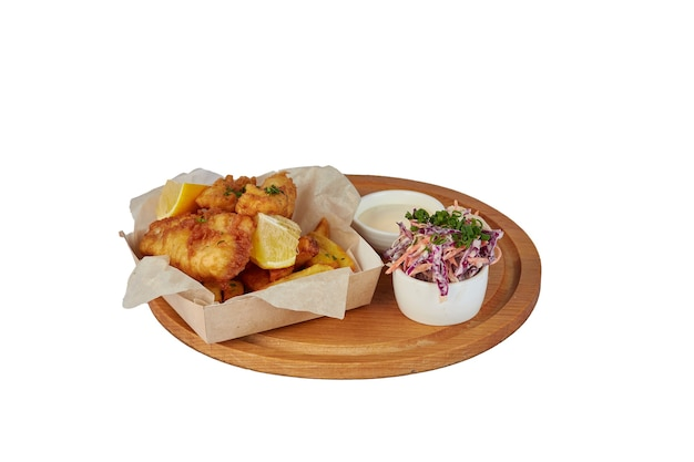 Panierowane paski z kurczaka z frytkami i sosem do maczania w kartonowym koszyku