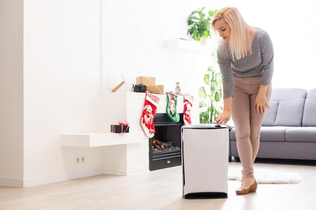 Panika z powodu koronawirusa, oczyszczacz powietrza w salonie, nawilżanie powietrza w mieszkaniu w okresie samoizolacji z powodu pandemii koronawirusa