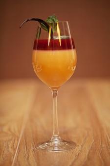 Panna cotta deser z truskawkową galaretą na nieociosanym drewnie