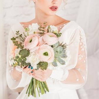 Panna młoda trzyma bukiet ślubny