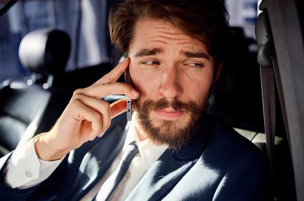 Panna mężczyzna rozmawia przez telefon podczas prowadzenia samochodu w salonie
