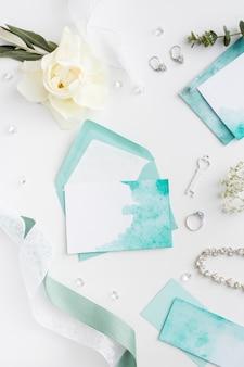 Panna młoda biżuteria ślubna i zaproszenie na ślub