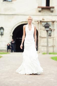 Panna młoda blondynka w luksusowej sukni ślubnej