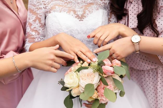 Panna młoda, druhny i bukiet ślubny