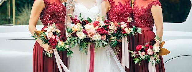 Panna młoda i druhny z bukietami ślubnymi